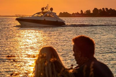 par kigger på båd ved getaway i aalborg